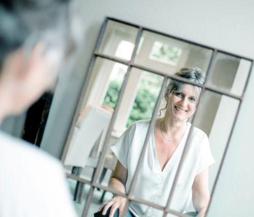 jeanette-beelen-geeft-de-training-blik-in-de-spiegel