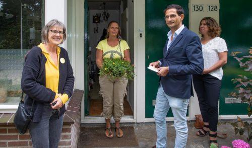 wethouder-feliciteert-thuishulp-vrijwilliger-met-jubileum